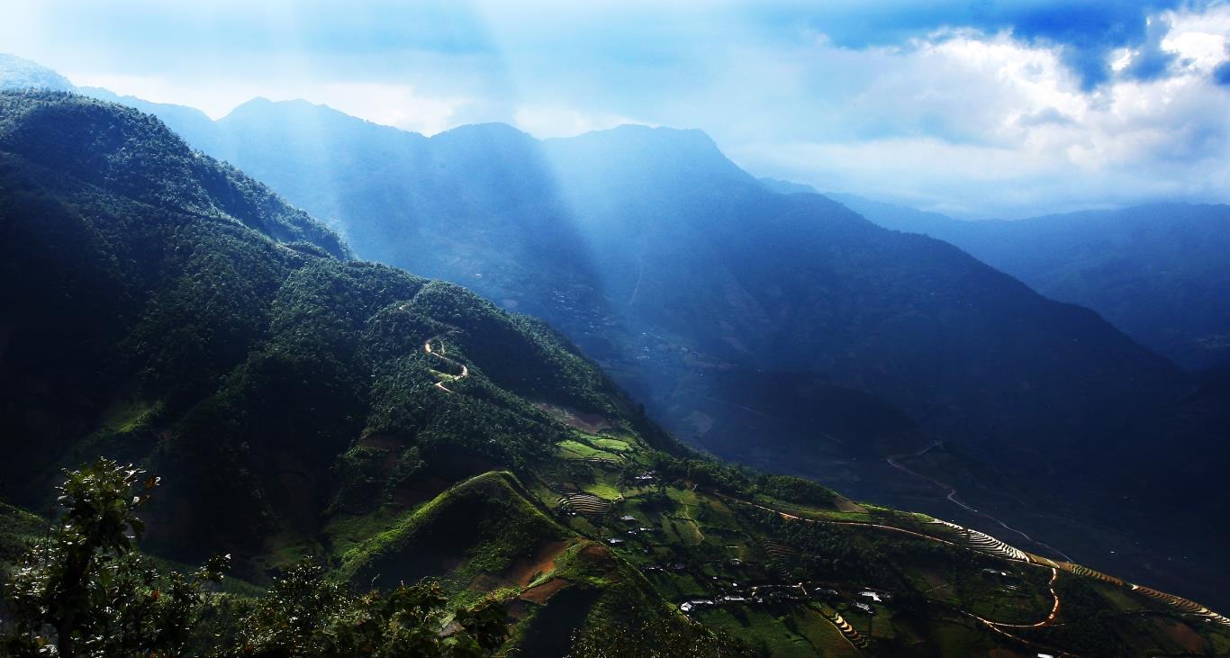 Vùng núi Suối Giàng có con sông Suối Giàng chảy qua, quanh năm mây mù bao phủ, mùa đông lạnh giá, mùa hè mát mẻ, bởi thế nên cây chè nơi đây có hương vị ngọt ngào đặc trưng