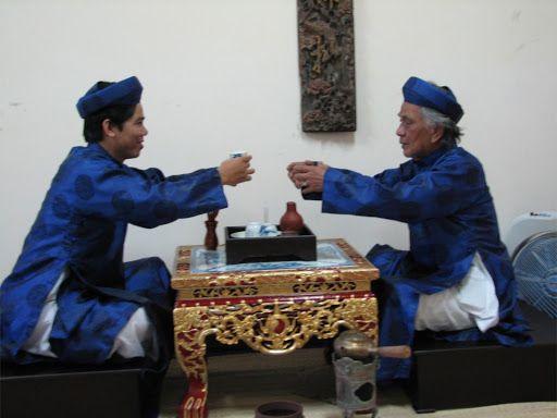 pha trà mời khách mỗi khi đến nhà, mời trà cũng là biểu hiện của sự thịnh tình, phép lịch sự của chủ nhà với khách